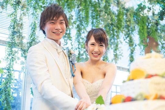 結婚式 ケーキカットをする二人