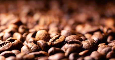 Poster Café en grains Pile of coffee beans texture, close up, dark background, shallow depth of field