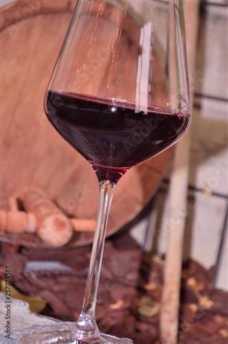 Bicchiere Di Vino Rosso Con Sfondo Della Botte Di Vino Stock Photo