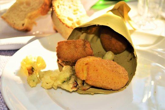antipasto frittura all'italiana in un cono di carta tipico cibo del sud italia napoli