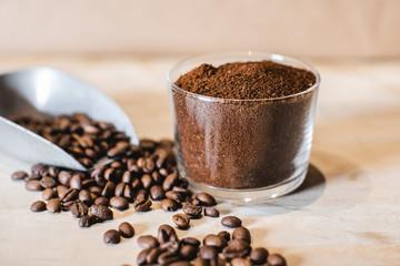 Foto op Canvas koffiebar Café en grains et en poudre