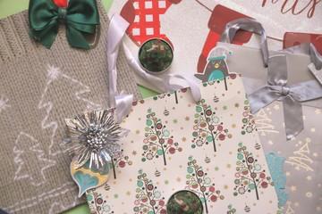 Fototapeta Kolorowe tło, torebki świąteczne, prezenty i dekoracje świąteczne obraz
