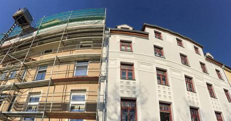 Obraz Alt-Neu Gründerzeit Altbau Wohnhaus Fassaden vor und nach der Sanierung - fototapety do salonu