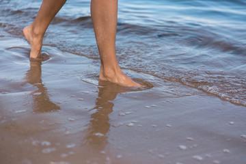 Fototapeta Spacer po plaży.