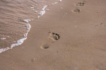 Ślady stóp na piasku.