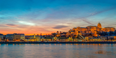 Wall Mural - Buda castle and the Danube river in Budapest at sunset, Hungary