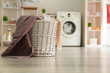 Basket with laundry in room Fototapete
