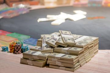 รวมหลายร้อยดอลลาร์การเดิมพันเป็นการเดิมพันสำหรับนักลงทุน  แนวคิดการพนัน  นักธุรกิจกำลังเล่นการพนันในคาสิโนเน้นที่นุ่มนวล