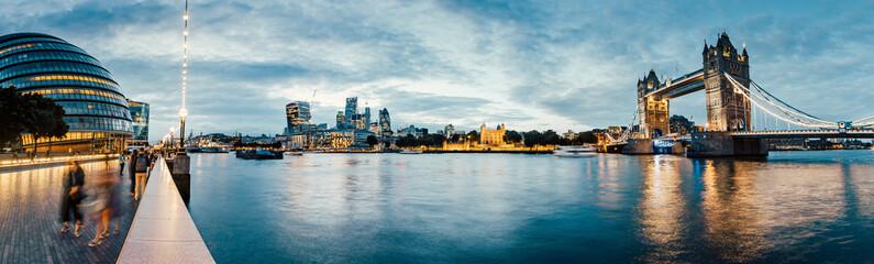 Photo sur Plexiglas Londres Banks of river Thames in London after sunrise