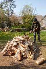 Homme fendant des buches de bois