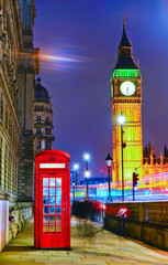 Fotobehang Londen rode bus View of the Telephone Box and Houses of Parliament in London at night.