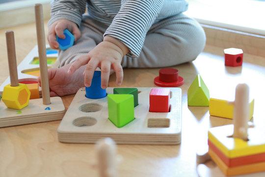 두뇌발달에 좋은 도형놀이를 하는 아기