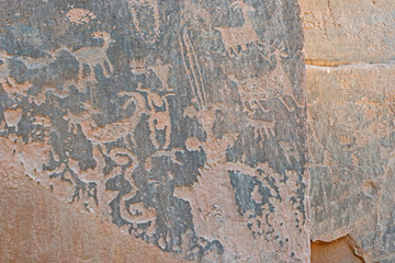 Fotobehang Oude vuile getextureerde muur Rock Art scenes carved by the ancients on boulders in Utah.