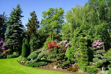 Schöner gepflegter grüner Garten im Sommer