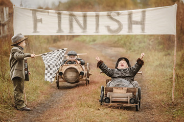 Finish the race between the boys on self-made cars Fototapete