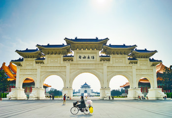 Chinese arch gate in front of liberty square. Fototapete