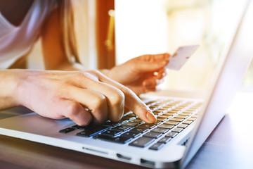 Frau mit Laptop beim Online einkaufen mit Kreditkarte im Internet