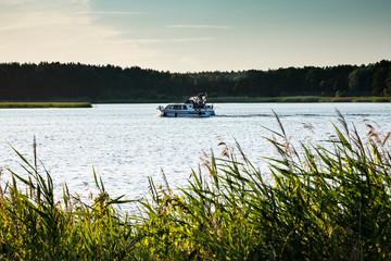 Mit dem Motorboot unterwegs auf dem Röblinsee