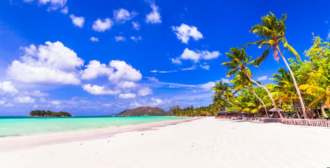 Fototapete - Perfect tropical holidays - white sandy beaches of Seychelles. Praslin island