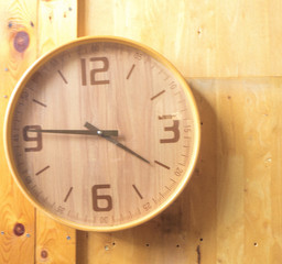 Papiers peints Affiche vintage Wooden round wall watch - clock on wooden background eco nature background