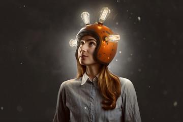 Junnge Frau mit Glühbirnen-Helm Wall mural