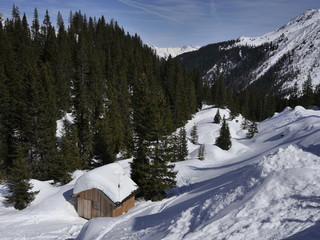 Eingeschneite Berghütte in den Alpen
