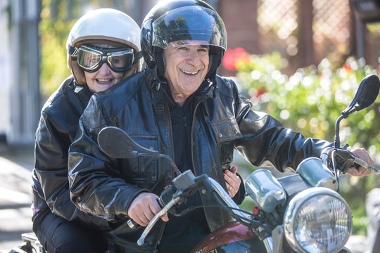 Coppia di anziani vanno in giro sulla loro Motocicletta  d'epoca