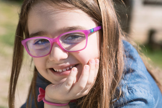 Ritratto di bimba con occhiali rosa