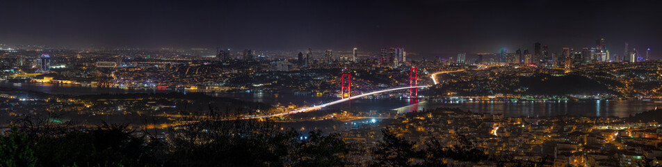 Photo sur Plexiglas Marron chocolat Panorama view Istanbul Bosphorus Bridge at sunset. Night view from Camlica Hill. Istanbul, Turkey.