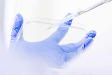 Hand im Bio Labor für Genetechnik Forschung