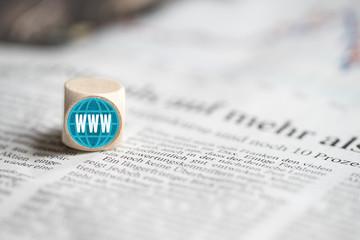 Würfel mit WWW-Aufdruck auf einer Tageszeitung