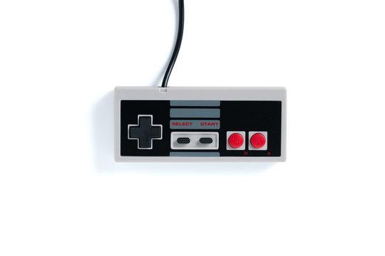 Spiele-Controller vor weißem Hintergrund