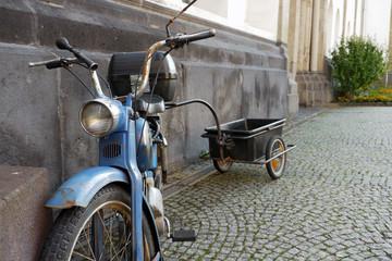 街中に駐車中の古びた自転車