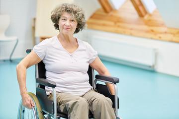 Senior Frau im Rollstuhl nach einem Schlaganfall