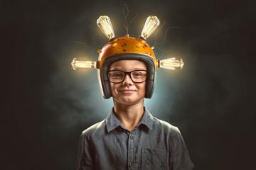 Schlaues Kind mit Glühbirnen-Helm