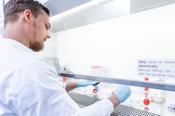 Chemiker forscht im biotechnischen Labor