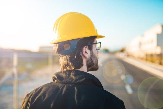 Giovanissimo ingegnere laureato in ingegneria edile e civile sta facendo delle diagnosi strutturali su alcuni edifici appena costruiti.