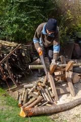 Homme sciant du bois
