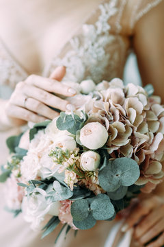 Details at the wedding, bouquet, dress and floristry. Fees at the hotel and the Studio.