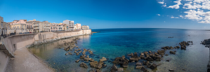 Eastern waterfront of Ortygia Island, Syracuse (Siracusa), a historic city on the island of Sicily, Italy. Notable for its rich Greek history, culture, amphitheatres, architecture Fototapete