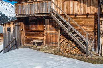 Almhütte Holzstiege Brennholzstapel