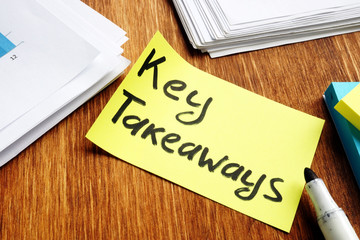 Key takeaways. Memo stick and pepers on a desk. Wall mural