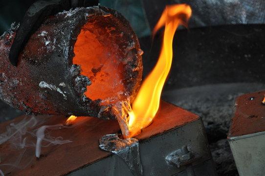 flüssiges Aluminium wird in Form gegossen