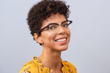Happy young woman with eyeglasses Fototapete