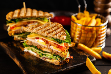 Fotoväggar - Tall club sandwich and french fries