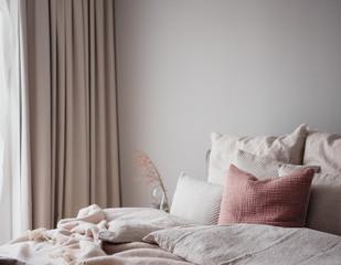 Schlafzimmer als Wohlfühloase mit ruhigen Farbtönen und gemütlichen Accessoires