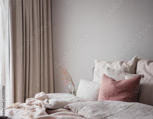 Schlafzimmer als Wohlfühloase mit ruhigen Farbtönen und ...