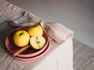 Gelbe Äpfel bereit zum Essen aufgeschnitten in einem Keramikteller liegend