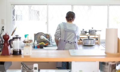 キッチンの主婦、後姿
