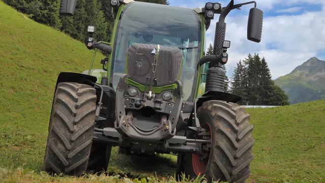 C'est le printemps, les agriculteurs sortent les tracteurs !